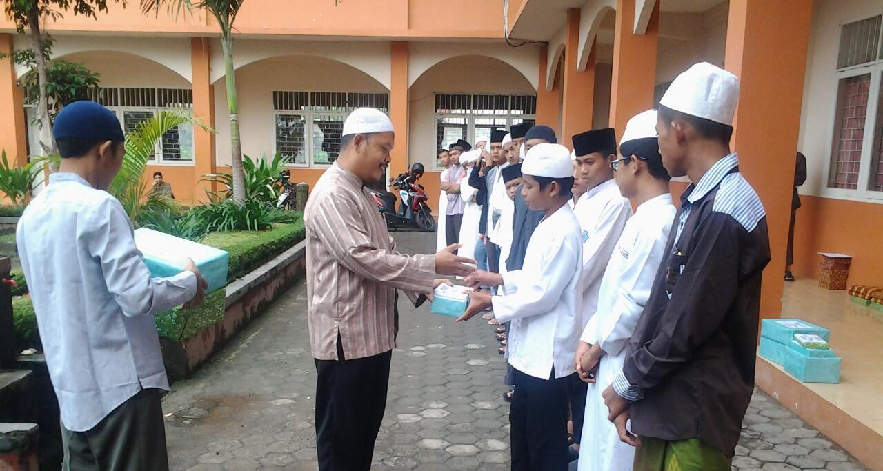 Kepala SMA Ma'had Assunnah, Ustadz Abu Hanin, S.Pd.I tengah menyerahkan hadiah