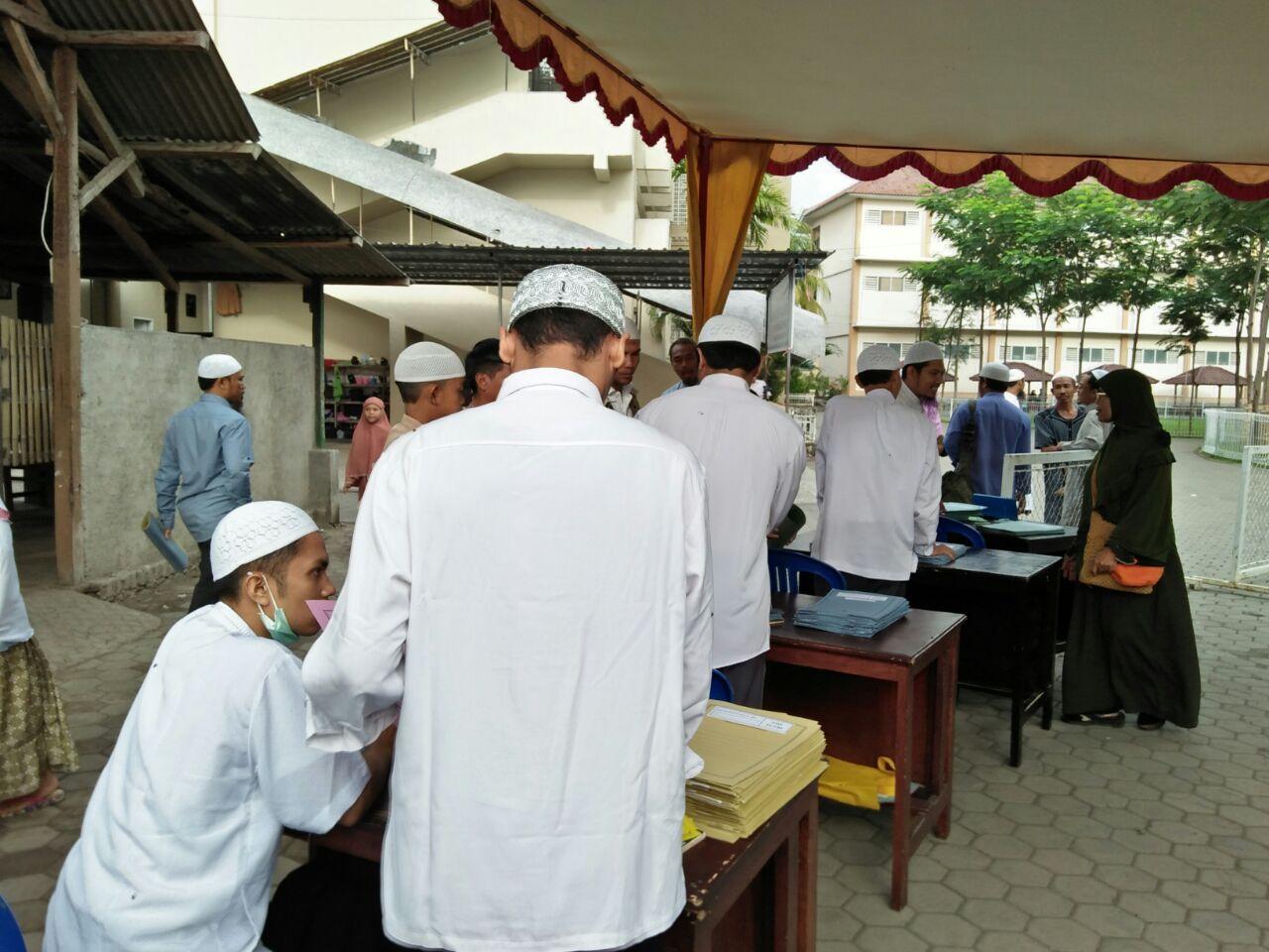 Panpel terlihat sibuk-tenang melayani para pendaftar